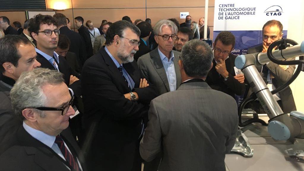 Gilles Le Borgne y Yann Vincent, junto a otros directivos, comprueban el sistema de robótica colaborativa desarrollado por CTAG