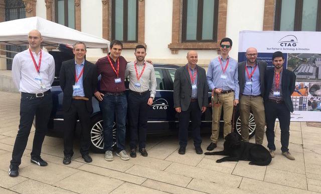 Coche autónomo y perosnal de CTAG junto a otros participantes en el 5G Forum