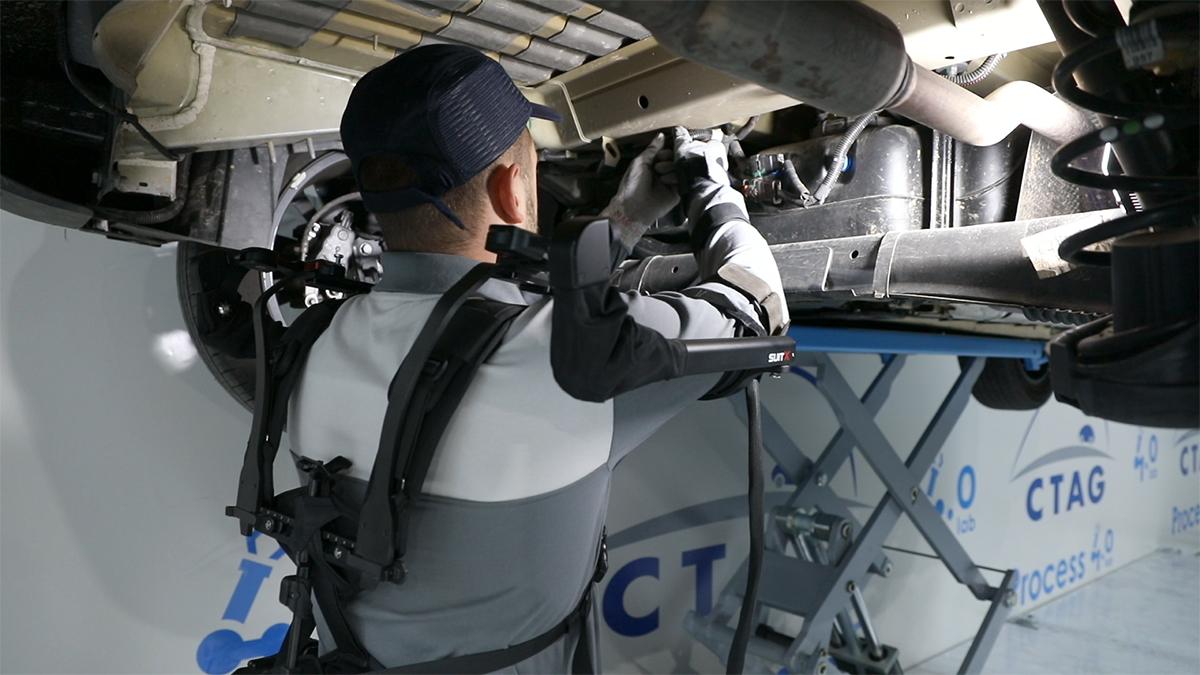 Operario 4.0 realizando una operación con un exoesqueleto en las instalaciones Process Lab 4.0 de CTAG
