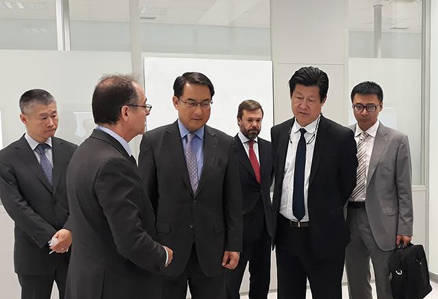 La delegación diplomática encabezada por Lyu Fan, durante la visita a las instalaciones de CTAG